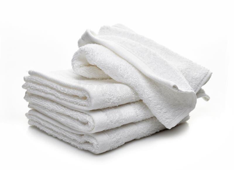 Σωρός των άσπρων πετσετών ξενοδοχείων στοκ φωτογραφία με δικαίωμα ελεύθερης χρήσης