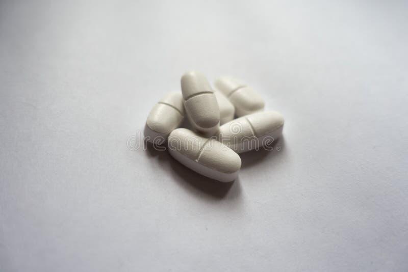 Σωρός των άσπρων caplets του κιτρικού άλατος ασβεστίου στοκ εικόνες με δικαίωμα ελεύθερης χρήσης