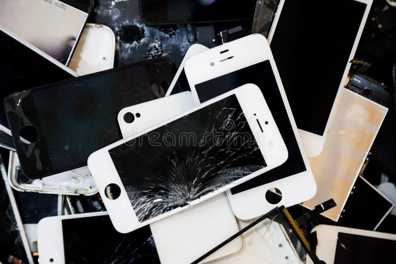 Σωρός των έξυπνων τηλεφώνων με τη ραγισμένη και χαλασμένη οθόνη LCD στοκ φωτογραφία