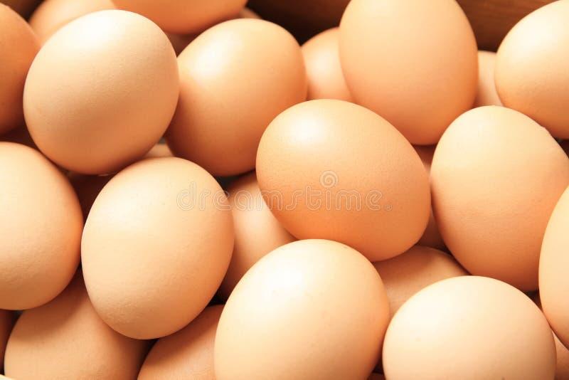 Σωρός των ακατέργαστων καφετιών αυγών κοτόπουλου στοκ εικόνα με δικαίωμα ελεύθερης χρήσης