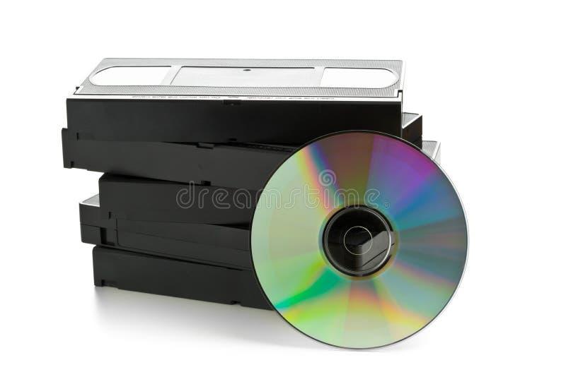 Σωρός των αναλογικών τηλεοπτικών κασετών με το δίσκο DVD στοκ φωτογραφίες
