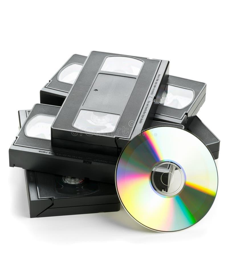 Σωρός των αναλογικών τηλεοπτικών κασετών με το δίσκο DVD στοκ εικόνα με δικαίωμα ελεύθερης χρήσης