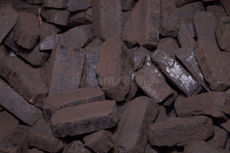 Σωρός των ανθρακόπλινθων τύρφης, εναλλακτικά καύσιμα, πρώτη ύλη στοκ φωτογραφία