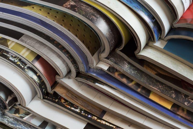 Σωρός των ανοικτών περιοδικών χωρίς κείμενα που βλέπουν από την πλευρά στοκ εικόνα