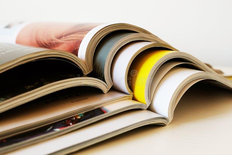 Σωρός των ανοικτών τυπωμένων περιοδικών στοκ εικόνες