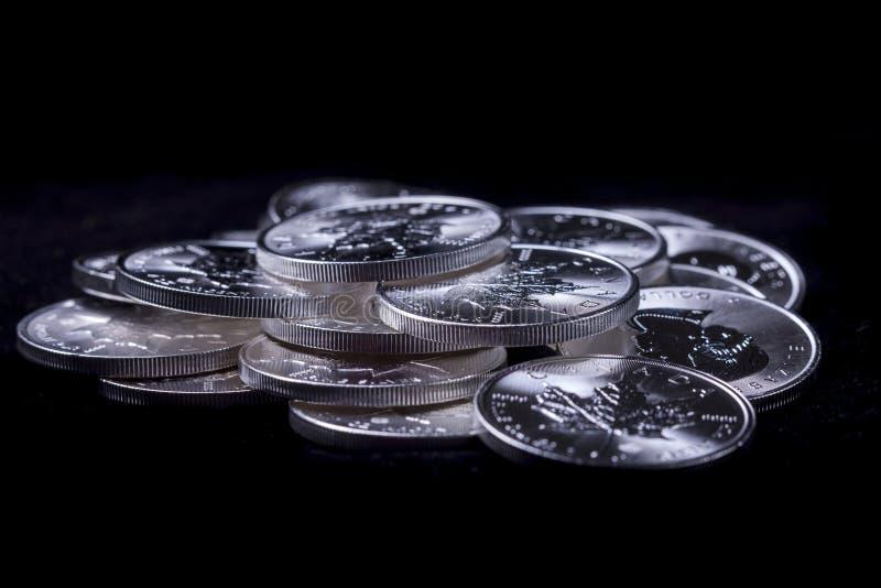 Σωρός των ασημένιων νομισμάτων στοκ φωτογραφία με δικαίωμα ελεύθερης χρήσης