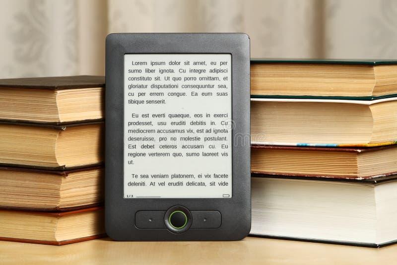 Σωρός των βιβλίων εγγράφου με το eBook στοκ εικόνες