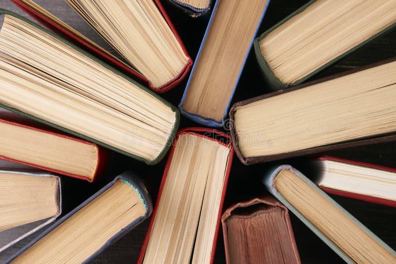 Σωρός των βιβλίων βιβλίων με σκληρό εξώφυλλο στοκ φωτογραφία