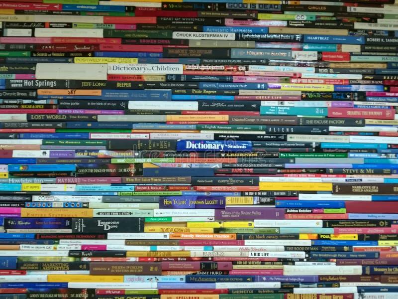 Σωρός των βιβλίων, των μυθιστορημάτων και των λεξικών στοκ εικόνες