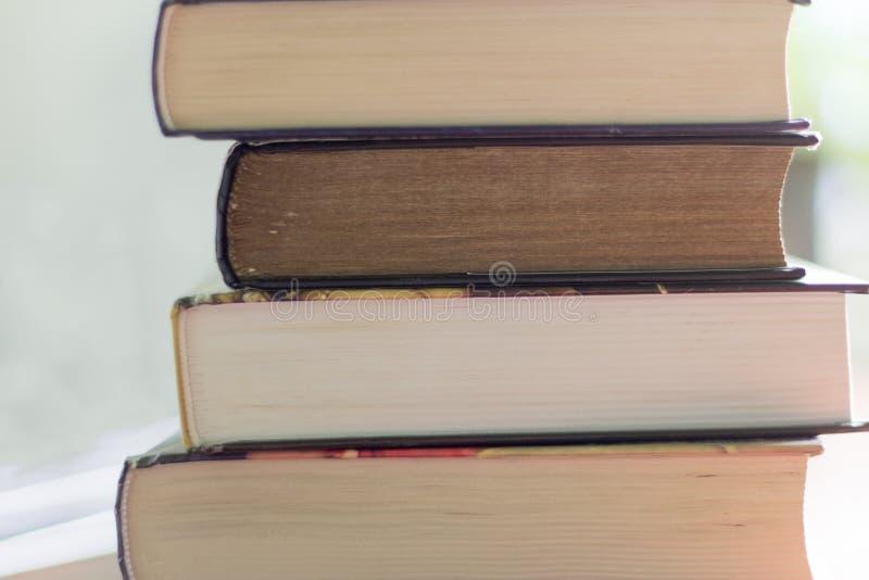 Σωρός των βιβλίων που διαβάζουν στον πίνακα στοκ φωτογραφία με δικαίωμα ελεύθερης χρήσης
