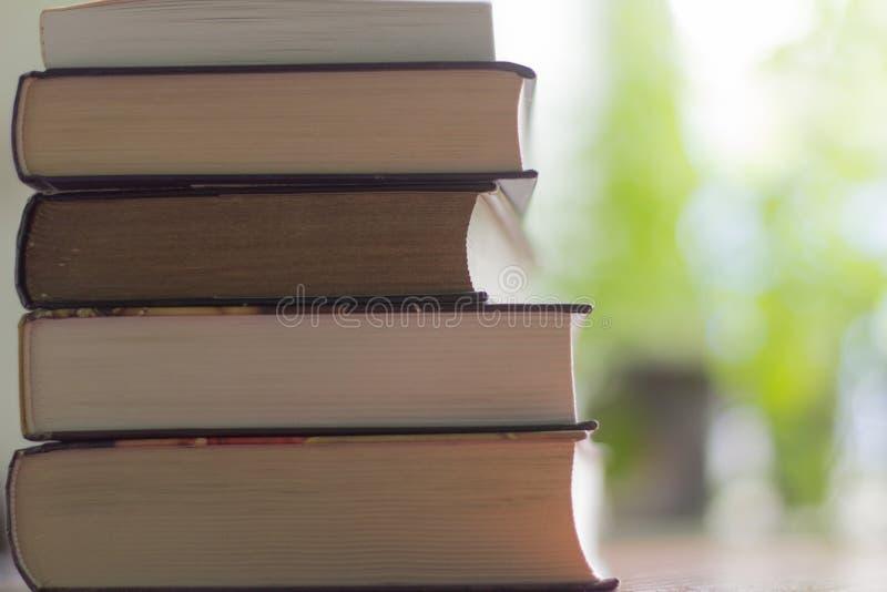Σωρός των βιβλίων που διαβάζουν στον πίνακα στοκ φωτογραφίες