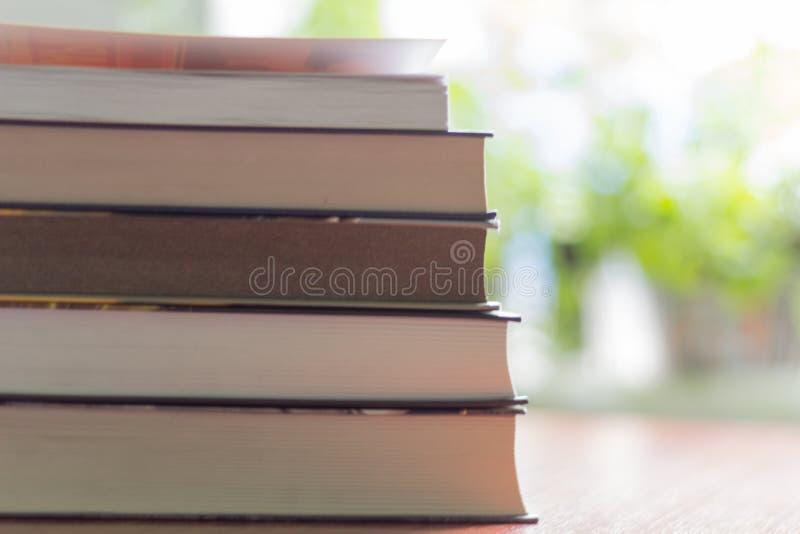 Σωρός των βιβλίων που διαβάζουν στον πίνακα στοκ εικόνα