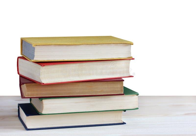 Σωρός των βιβλίων στον πίνακα που απομονώνεται στο άσπρο υπόβαθρο πίσω σχολείο Εκπαίδευση, μελέτη, επιστήμη στοκ εικόνα με δικαίωμα ελεύθερης χρήσης