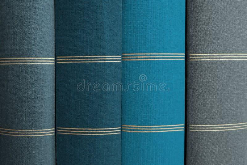 Σωρός των βιβλίων, σπονδυλικές στήλες βιβλίων στη σειρά στοκ φωτογραφίες