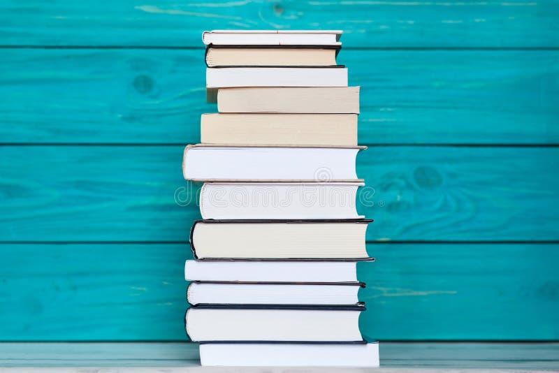 Σωρός των βιβλίων στο ξύλινο τυρκουάζ υπόβαθρο Εκπαίδευση concep στοκ εικόνες