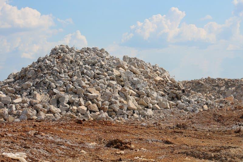 Σωρός των βράχων μεγέθους αμμοχάλικου στο εργοτάξιο οικοδομής στοκ εικόνες με δικαίωμα ελεύθερης χρήσης