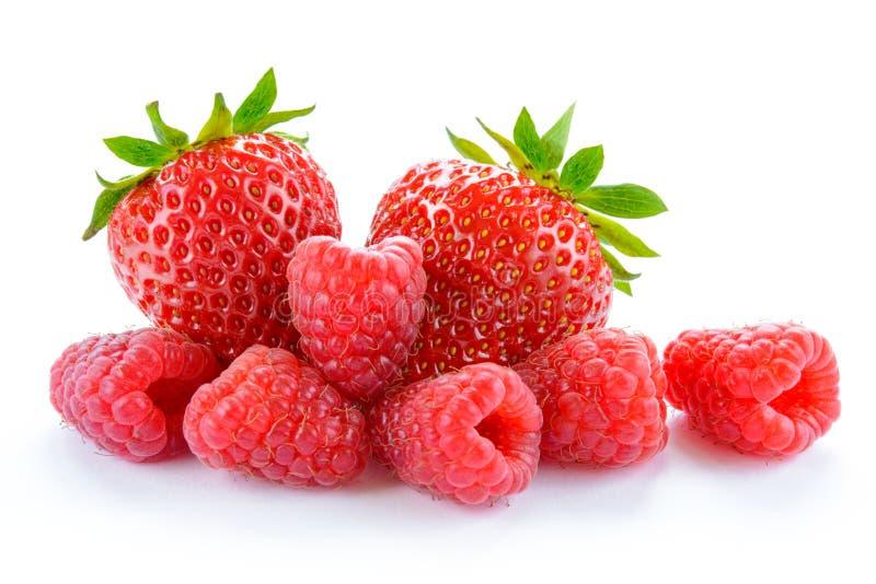 Σωρός των γλυκών φραουλών και των Juicy σμέουρων που απομονώνονται στο άσπρο υπόβαθρο Έννοια θερινών υγιής τροφίμων στοκ εικόνα με δικαίωμα ελεύθερης χρήσης