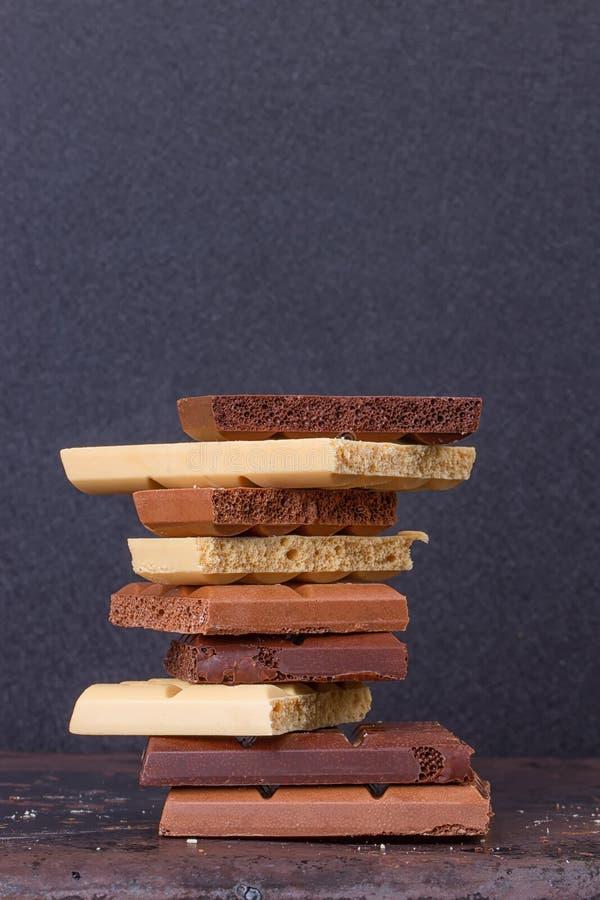 Σωρός των διαφορετικών καλών πορωδών κομματιών σοκολάτας στοκ φωτογραφία με δικαίωμα ελεύθερης χρήσης
