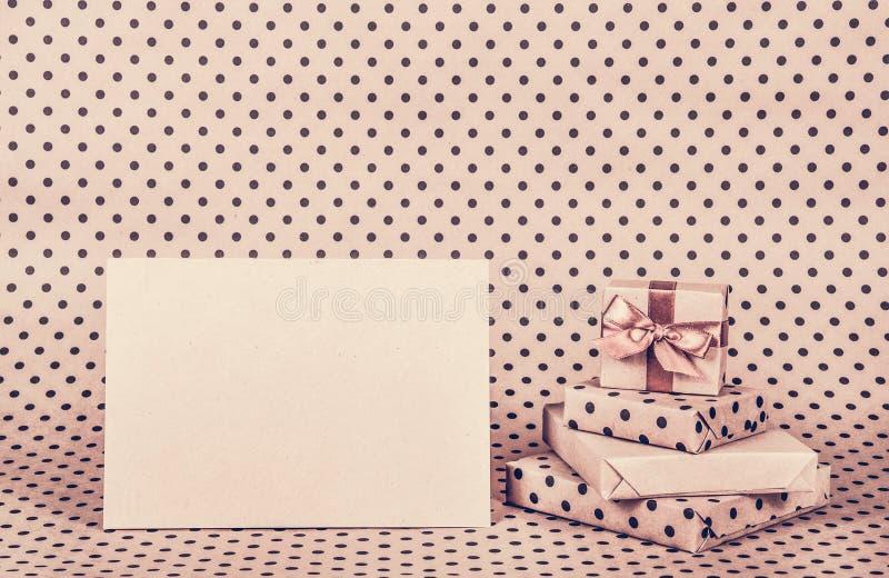 Σωρός των δώρων και της σημείωσης Κιβώτια και επιστολή δώρων στοκ εικόνα με δικαίωμα ελεύθερης χρήσης