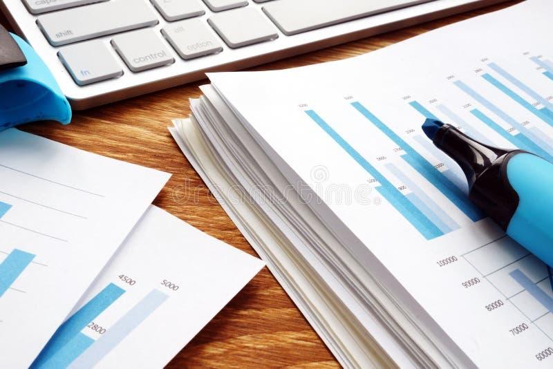 Σωρός των επιχειρησιακών εγγράφων σχετικά με το γραφείο Οικονομικά έγγραφα στο γραφείο στοκ φωτογραφία