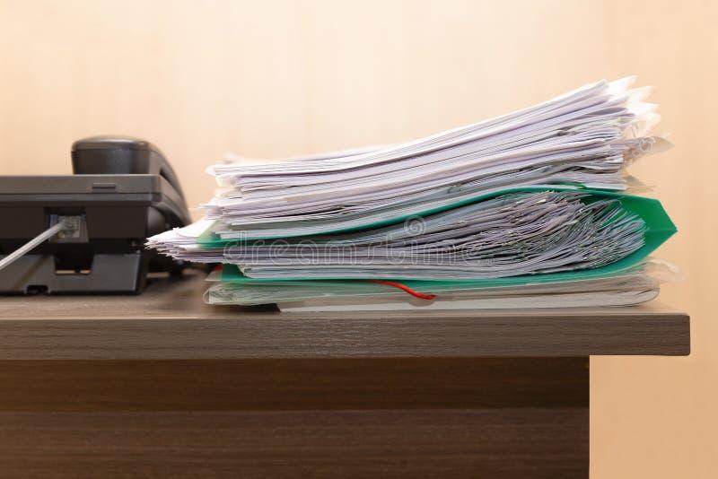 Σωρός των επιχειρησιακών εγγράφων σχετικά με το ξύλινο γραφείο γραφείων Έννοια της επιχείρησης, θέση εργασίας, Τα αρχεία από χαρτ στοκ εικόνες