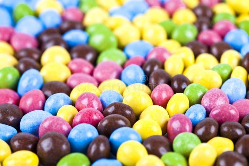 Σωρός των εύγευστων καραμελών σοκολάτας ainbow ζωηρόχρωμων στοκ εικόνα με δικαίωμα ελεύθερης χρήσης