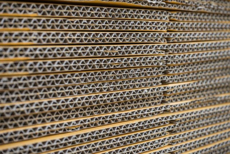 Σωρός των ζαρωμένων κουτιών από χαρτόνι egde άποψη ισιωμένος boxe στοκ φωτογραφία