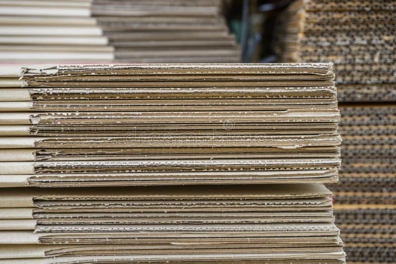 Σωρός των ζαρωμένων κουτιών από χαρτόνι egde άποψη ισιωμένος boxe στοκ φωτογραφία με δικαίωμα ελεύθερης χρήσης