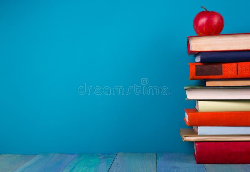 Σωρός των ζωηρόχρωμων βιβλίων, βρώμικο μπλε υπόβαθρο, ελεύθερο διάστημα αντιγράφων στοκ φωτογραφίες με δικαίωμα ελεύθερης χρήσης