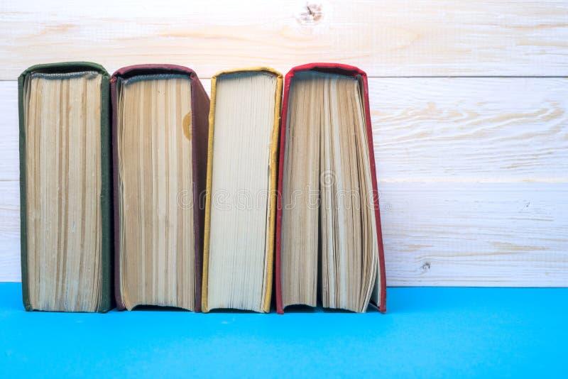 Σωρός των ζωηρόχρωμων βιβλίων, βρώμικο μπλε υπόβαθρο, ελεύθερο διάστημα αντιγράφων στοκ φωτογραφία με δικαίωμα ελεύθερης χρήσης