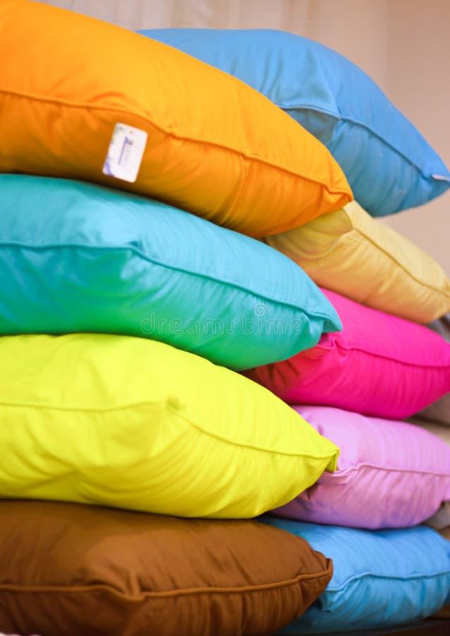 Σωρός των ζωηρόχρωμων μαξιλαριών στοκ εικόνα