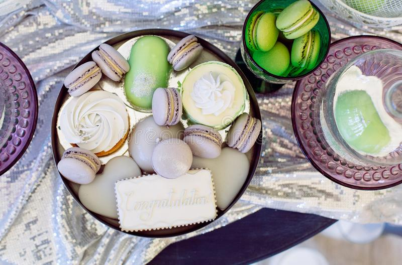 Σωρός των ζωηρόχρωμων μπισκότων macaron, εκλεκτής ποιότητας ύφος στοκ εικόνες