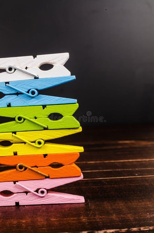 Σωρός των ζωηρόχρωμων ξύλινων clothespins στοκ φωτογραφίες
