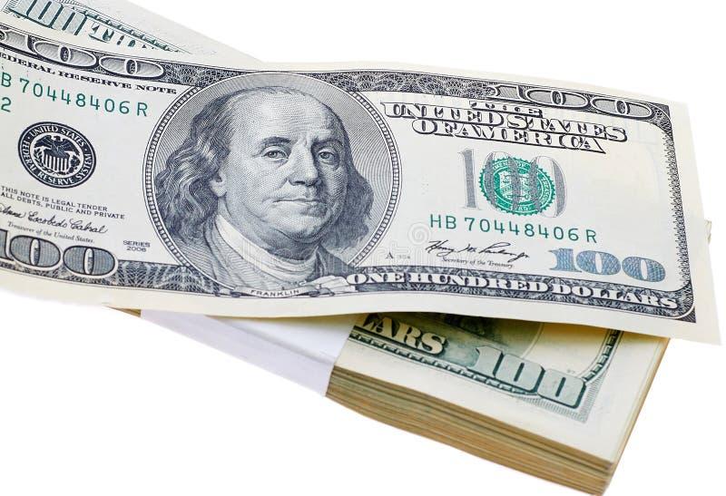 Σωρός των ΗΠΑ λογαριασμοί εκατό δολαρίων που απομονώνονται στοκ φωτογραφία