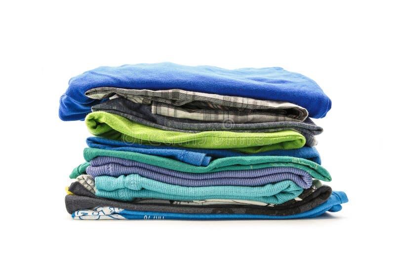 Σωρός των θερινών μπλουζών σε ένα άσπρο υπόβαθρο στοκ εικόνα