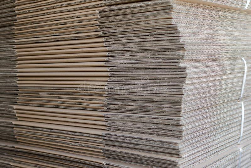 Σωρός των διπλωμένων κιβωτίων χαρτοκιβωτίων στοκ φωτογραφία