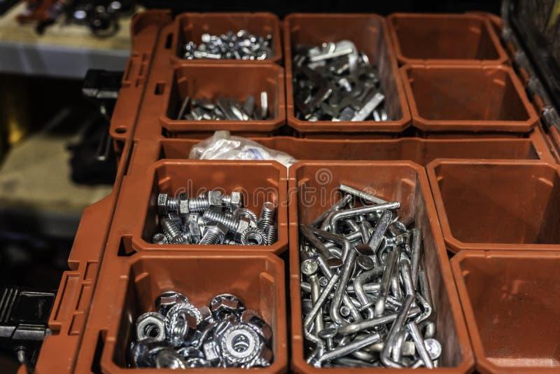 Σωρός των καρυδιών - και - μπουλόνια στο εμπορευματοκιβώτιο που χρησιμοποιείται για τις επισκευές στοκ εικόνες με δικαίωμα ελεύθερης χρήσης