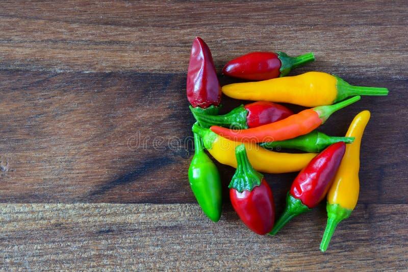 Σωρός των καυτών κόκκινων, πράσινων και κίτρινων πιπεριών τσίλι στοκ φωτογραφία με δικαίωμα ελεύθερης χρήσης