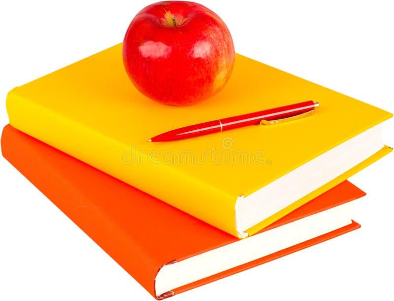 Σωρός των κενών εγχειριδίων με ένα μήλο στην κορυφή - στοκ εικόνες