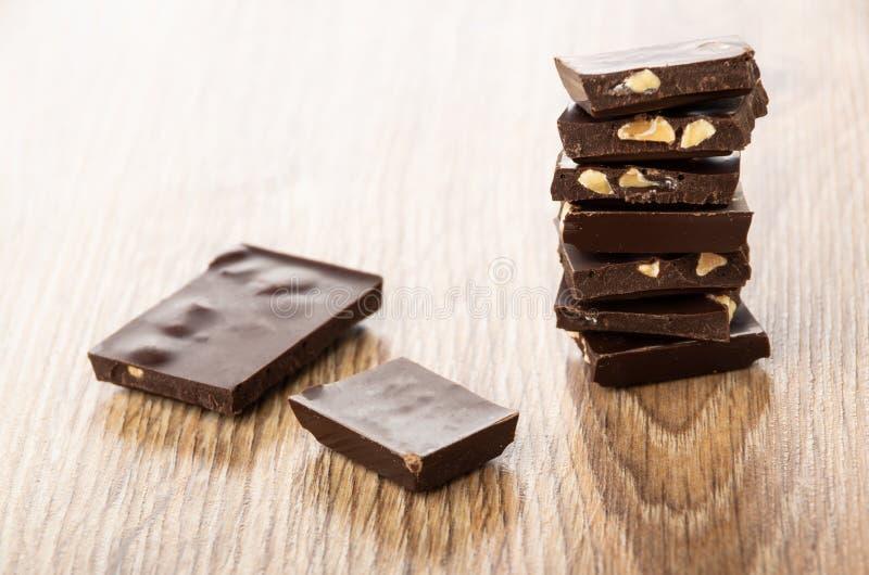 Σωρός των κομματιών της σοκολάτας με το αμύγδαλο στον πίνακα στοκ εικόνες με δικαίωμα ελεύθερης χρήσης