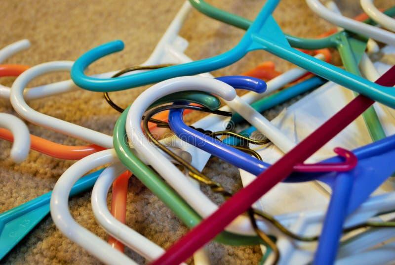 Σωρός των κρεμαστρών ενδυμάτων την ημέρα πλυντηρίων στοκ φωτογραφία με δικαίωμα ελεύθερης χρήσης