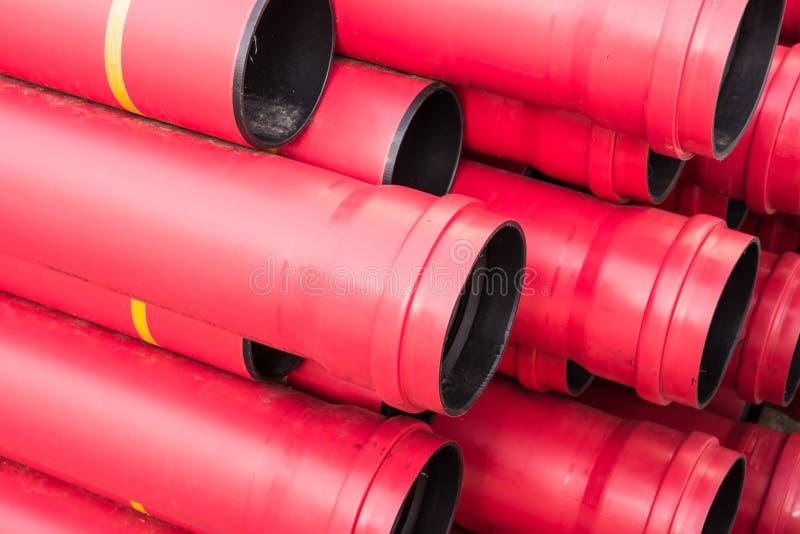 Σωρός των κόκκινων προστατευτικών σωλήνων PVC στοκ φωτογραφίες