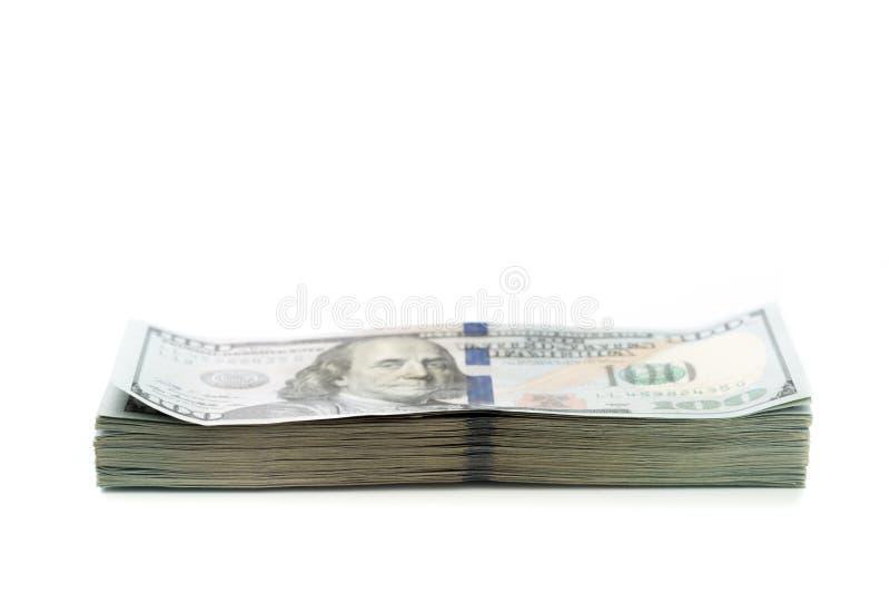 Σωρός των λογαριασμών εκατό δολαρίων που απομονώνονται στο άσπρο υπόβαθρο στοκ φωτογραφία
