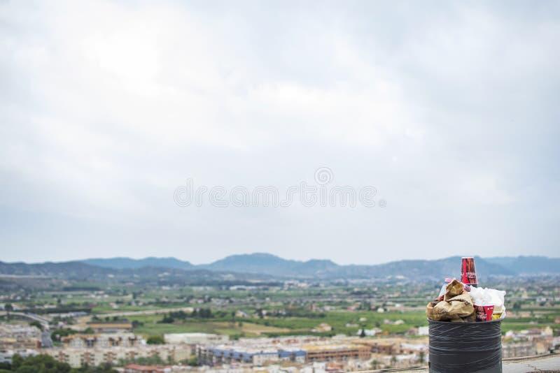 σωρός των μαύρων τσαντών απορριμάτων στην οδό πόλεων στοκ εικόνες