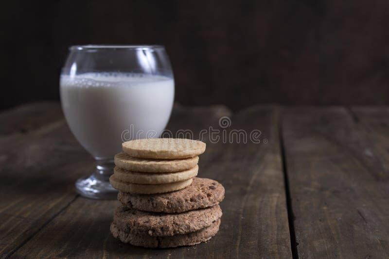 Σωρός των μπισκότων και του γάλακτος στον ξύλινο πίνακα στοκ φωτογραφίες με δικαίωμα ελεύθερης χρήσης