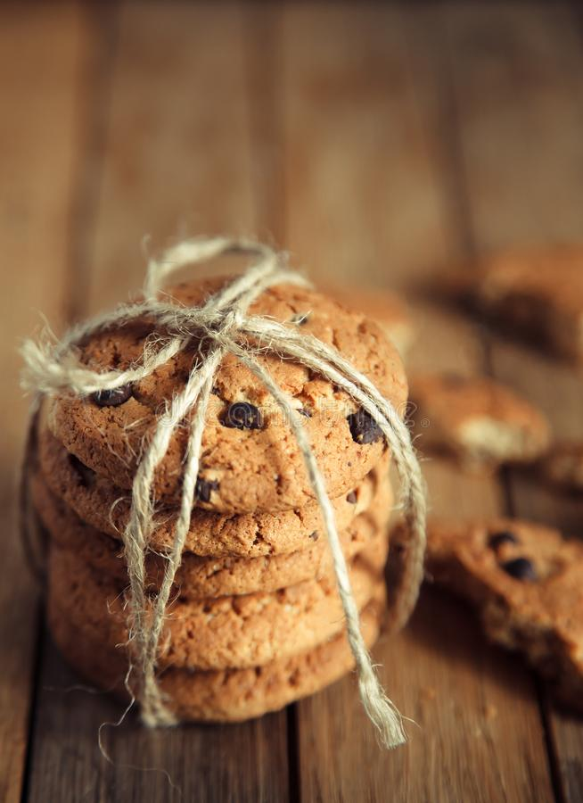 Σωρός των μπισκότων σοκολάτας σε έναν ξύλινο πίνακα στοκ φωτογραφίες με δικαίωμα ελεύθερης χρήσης