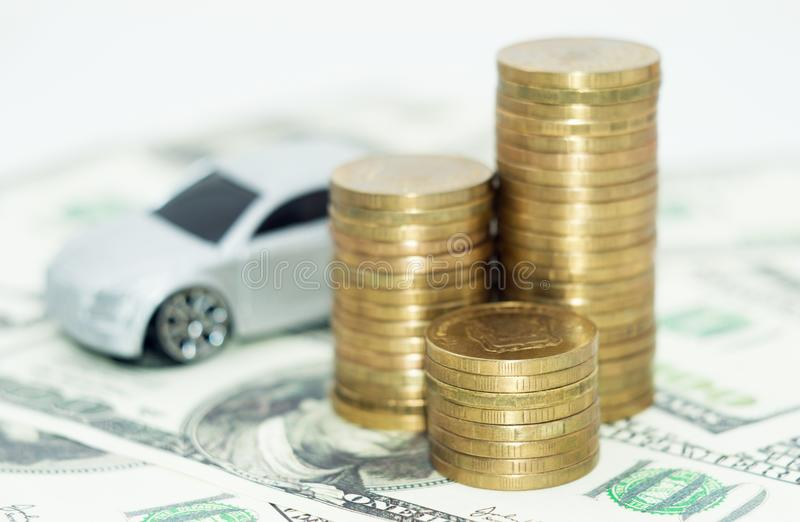 Σωρός των νομισμάτων με το αυτοκίνητο στοκ φωτογραφία με δικαίωμα ελεύθερης χρήσης