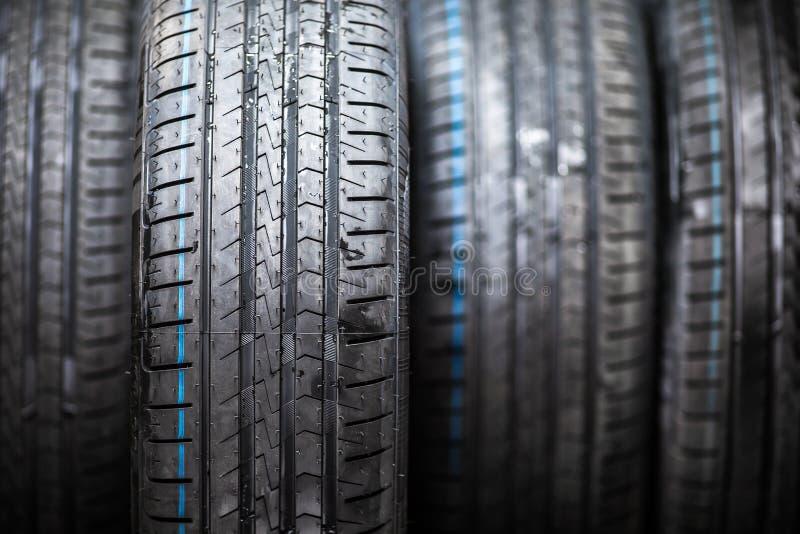 Σωρός των ολοκαίνουργιων ροδών αυτοκινήτων υψηλής επίδοσης στοκ εικόνα με δικαίωμα ελεύθερης χρήσης