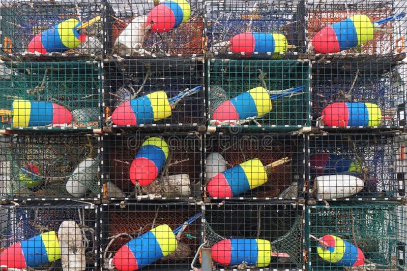 Σωρός των παγίδων αστακών με τους ζωηρόχρωμους σημαντήρες στοκ φωτογραφία με δικαίωμα ελεύθερης χρήσης