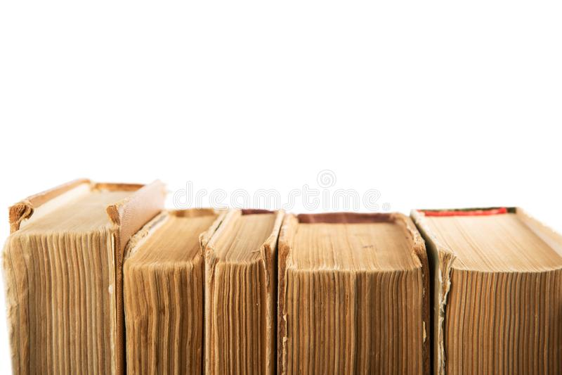 Σωρός των παλαιών και χρησιμοποιημένων βιβλίων βιβλίων με σκληρό εξώφυλλο ή των βιβλίων κειμένων που απομονώνονται επάνω στοκ εικόνες